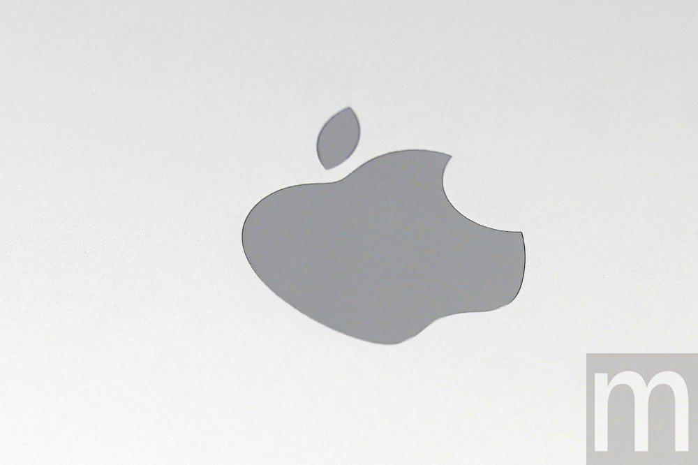 蘋果標誌同樣改為不鏽鋼設計