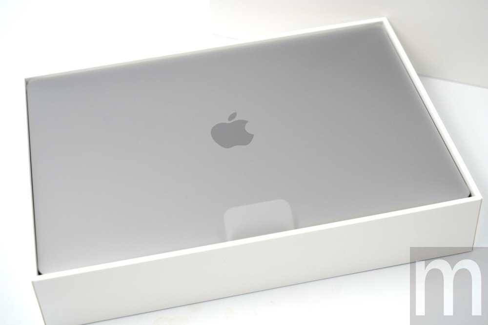 打開盒蓋即可看見新款MacBook Air 13.3吋版本