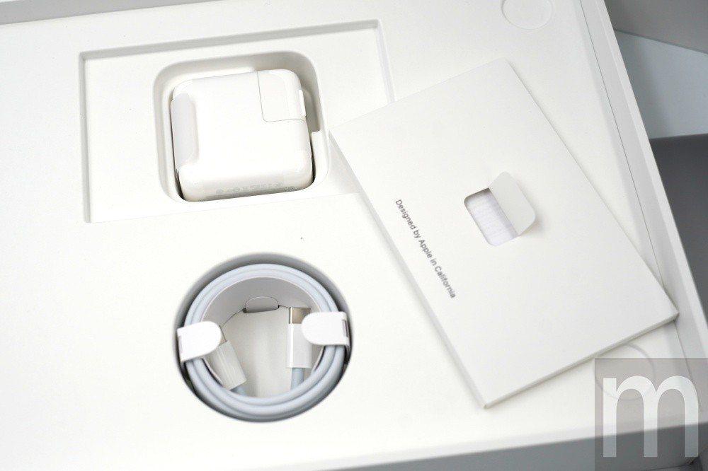 內附30W USB-C充電器與雙頭USB-C連接線,以及說明書