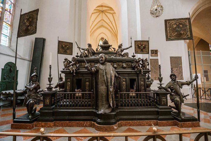 -慕尼黑聖母教堂內聖羅馬皇帝路易四世的墓碑。 圖/背包客棧