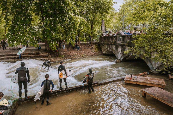 -流經英式花園的Eisbach河,此處常有衝浪者練習,吸引許多路人圍觀。 圖/背...