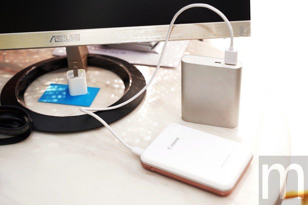 滿電情況下約可列印20-30張左右,從時印表機也能藉由USB連接行動電源充電