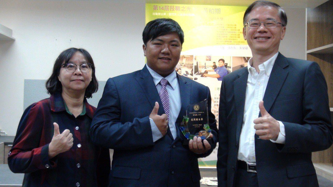 校長蘇銘宏(右)讚揚黃柏期(中),左是電機系主任范淑媛。記者謝恩得/攝影