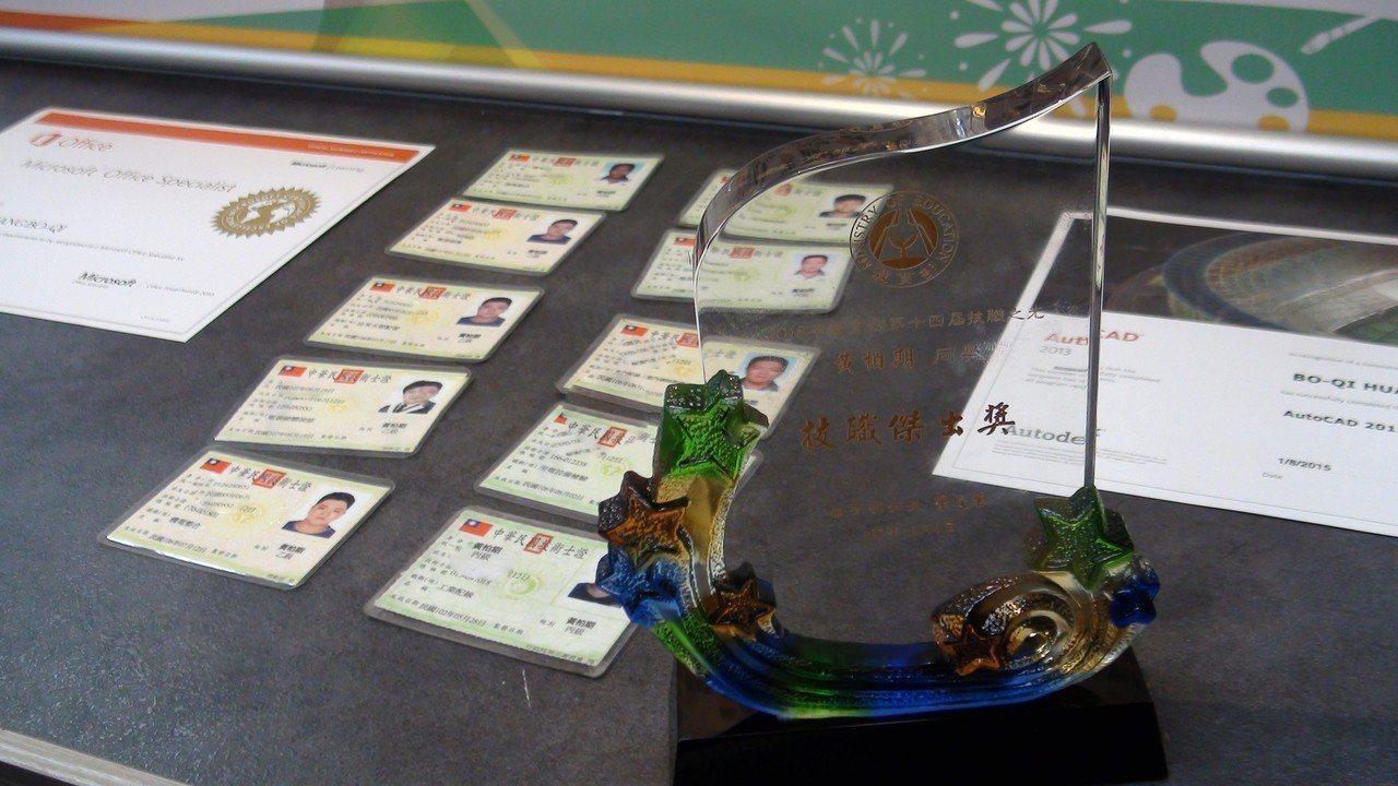 黃柏期有13張證照,其中5張是乙級證照。記者謝恩得/攝影