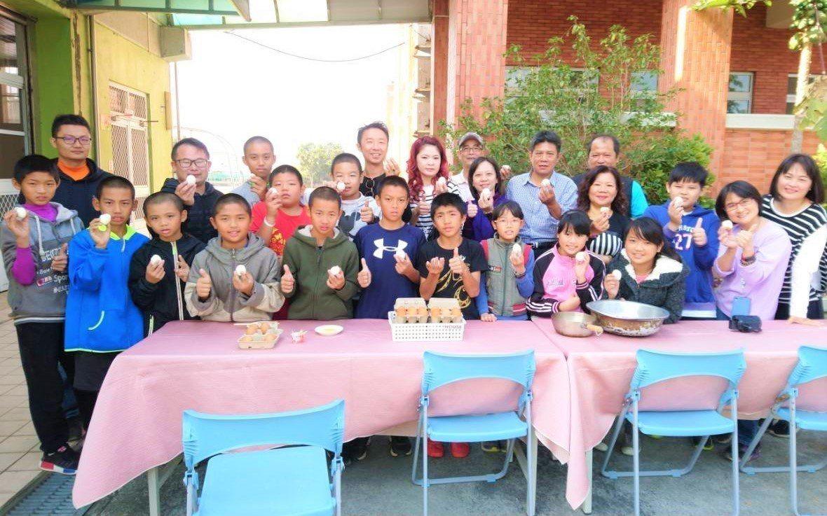 邑米社大理事長吳孟昆特別送黑水虻蛋,為和興國小棒球隊加菜。記者卜敏正/攝影