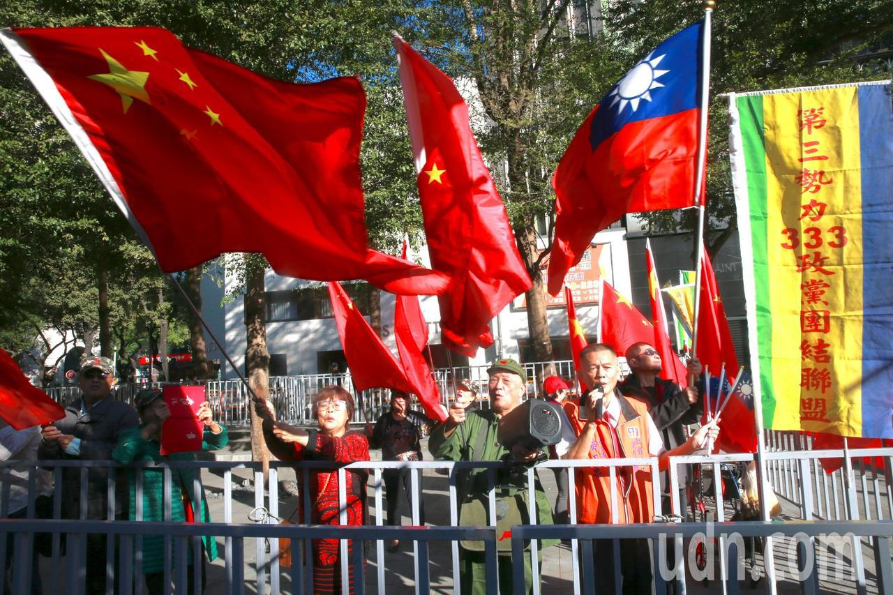 第三勢力政黨團結聯盟、反戰大聯盟則揮舞國旗及中國五星旗支持柯文哲的「兩岸一家親」...