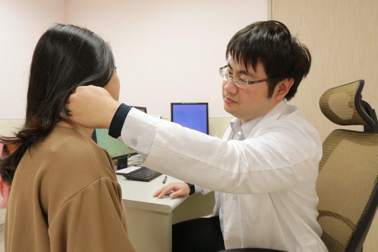亞洲大學附屬醫院感染科醫師張為碩說,帶狀皰疹有年輕化的趨勢。圖/亞洲大學附屬醫院...
