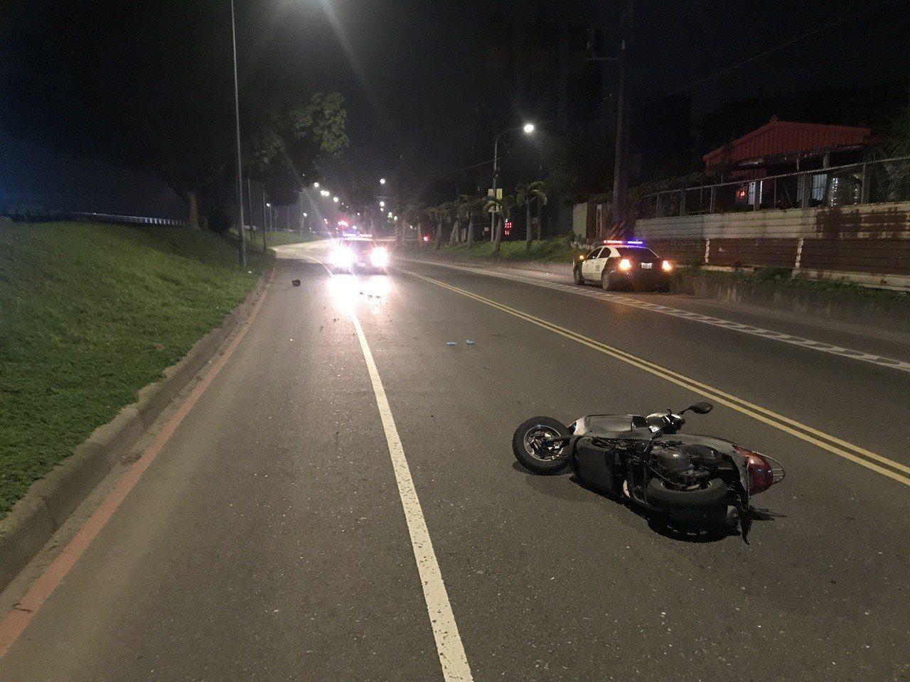 男子騎乘的銀色機車,摔車後倒在路中。記者巫鴻瑋/翻攝