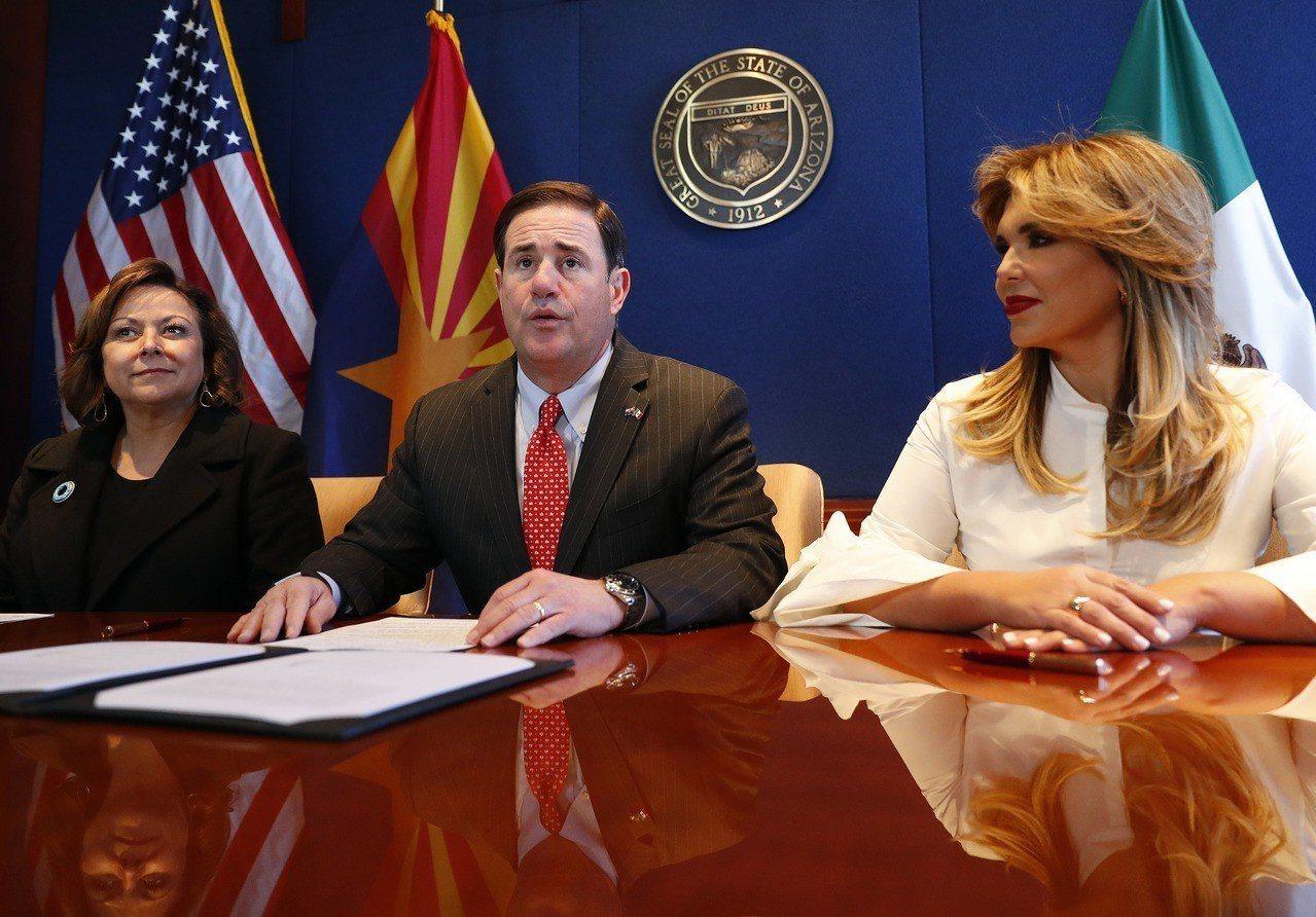 美國亞利桑那州(中)、新墨西哥州(左)和墨西哥索諾拉州(右)州長19日簽署協議,...