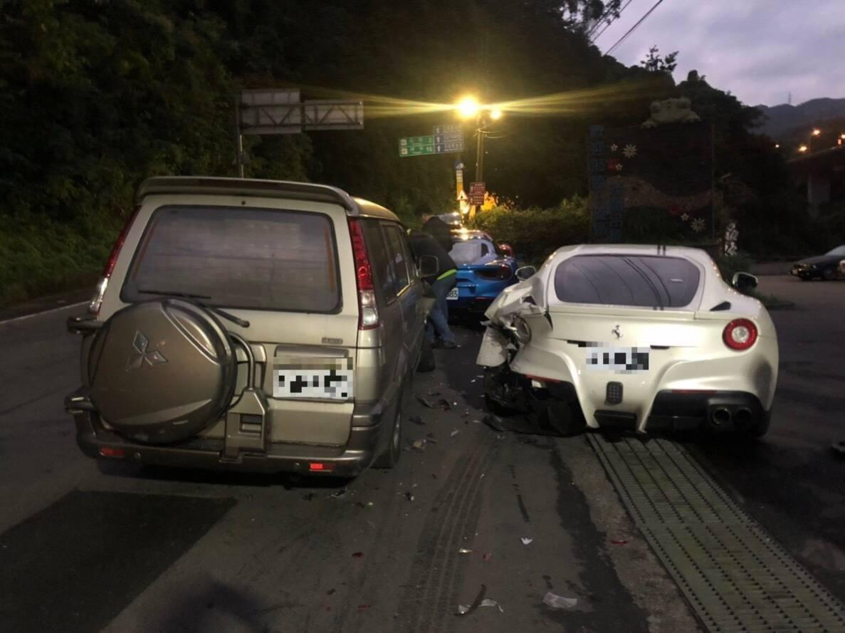 彭文玉出車禍的白色法拉利F12,新車價為1700萬元,因尾翼毀損,維修費估計至少...