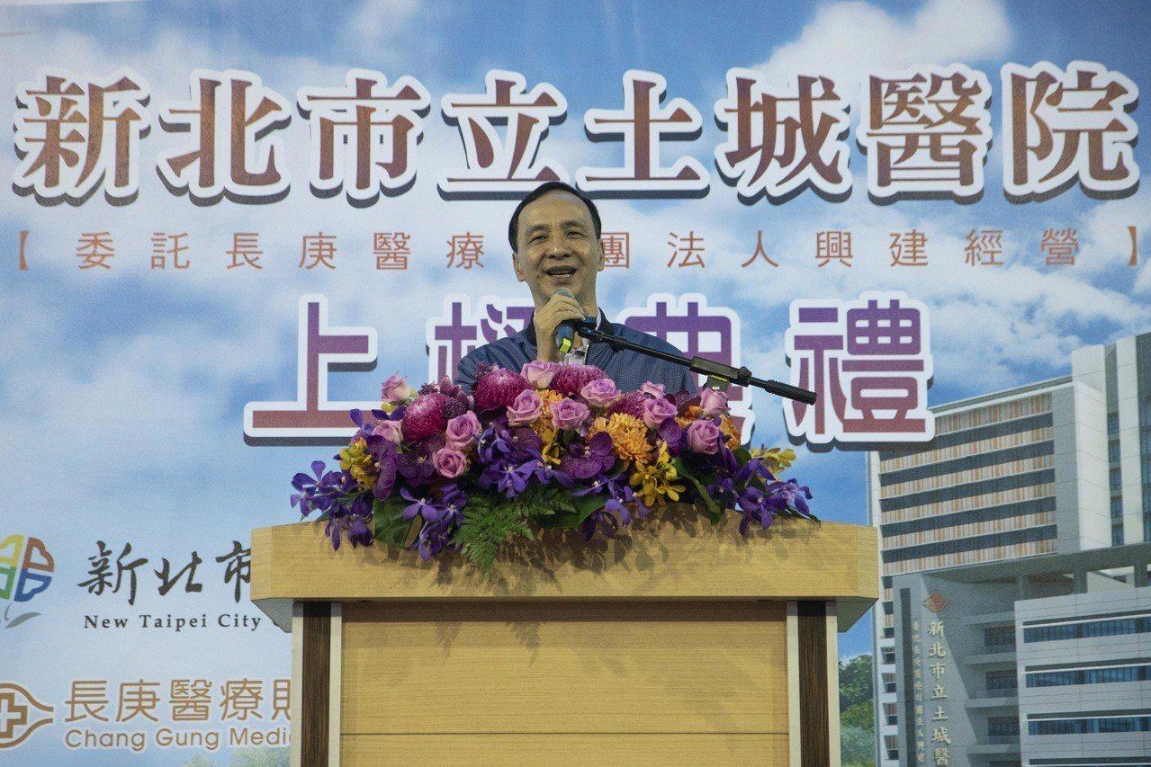 台北市長柯文哲昨再次提到「兩岸一家親」,新北市長朱立倫今表示,少一些政治口水,絕...