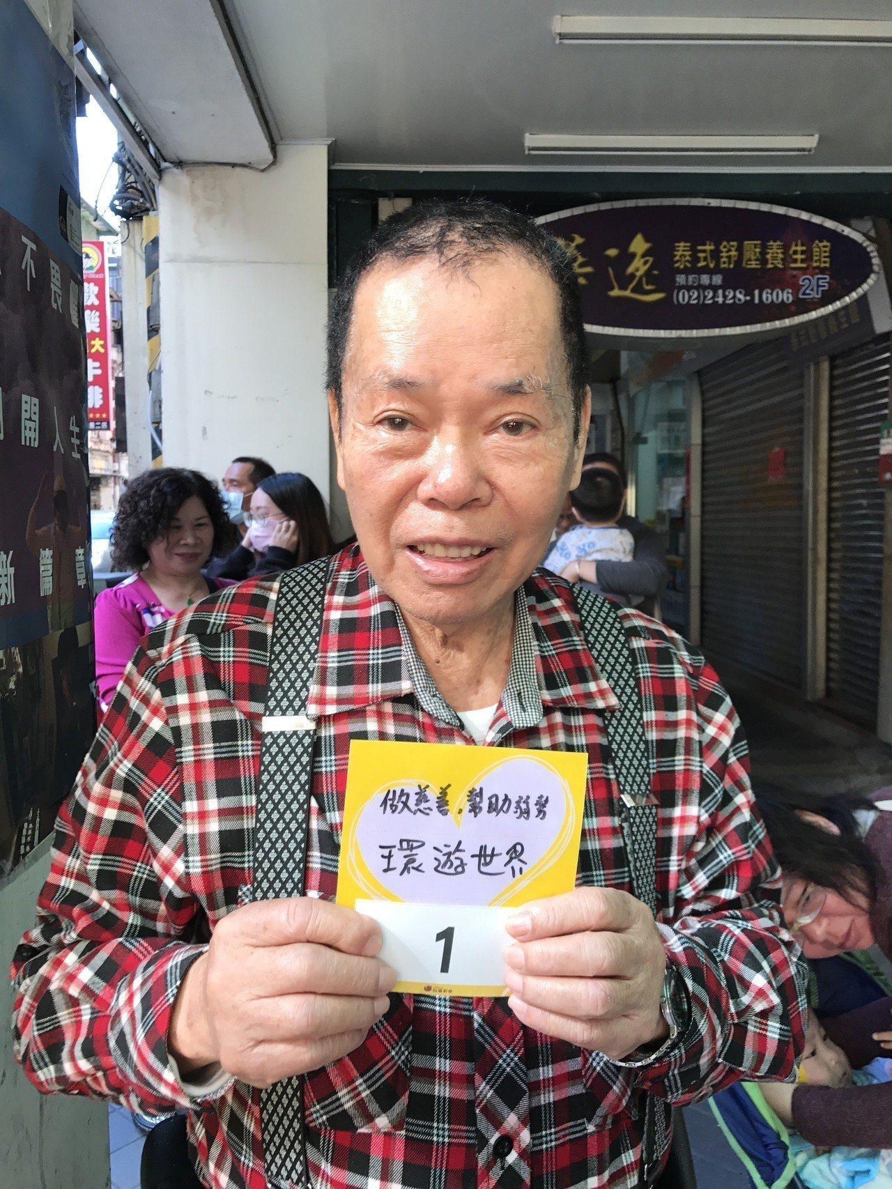 今天一早,店家前就大排長龍,排到第一號的李先生說,要是他中頭獎,他要去環遊世界,...