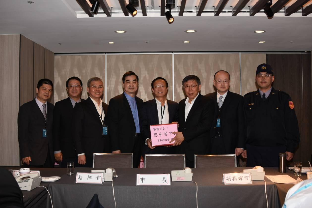 台北市長柯文哲(右三)慰勤負責論壇維安工作的警察。記者廖炳棋/翻攝