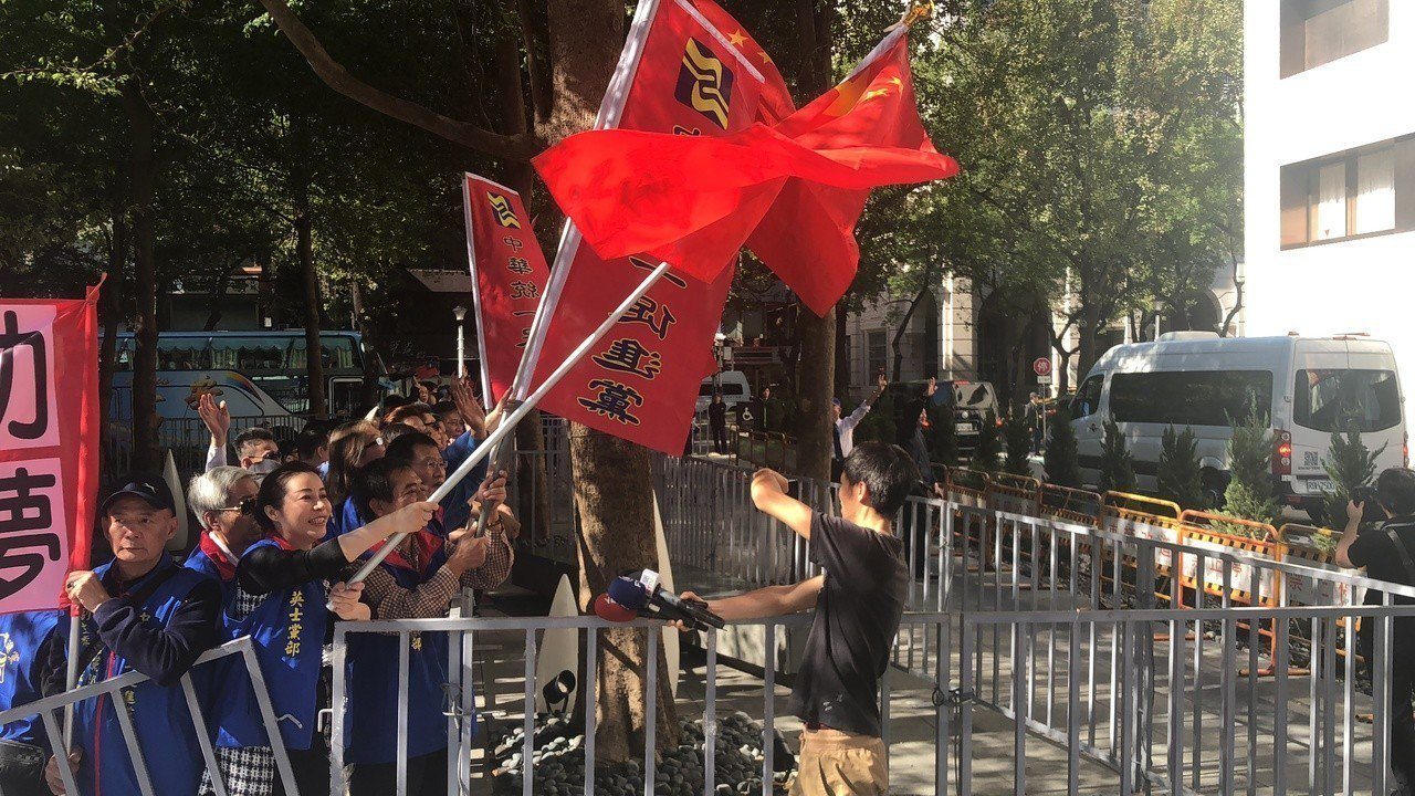 統促黨成員向上海副市長周波車隊,大喊「兩岸一家親」。記者李承穎/攝影