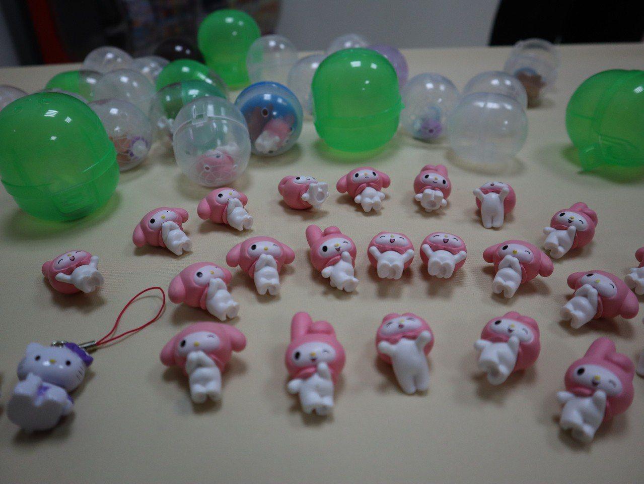 警方查獲扭蛋機內仿冒的Hello Kitty、布丁狗、美樂蒂、LINE等近百件仿...