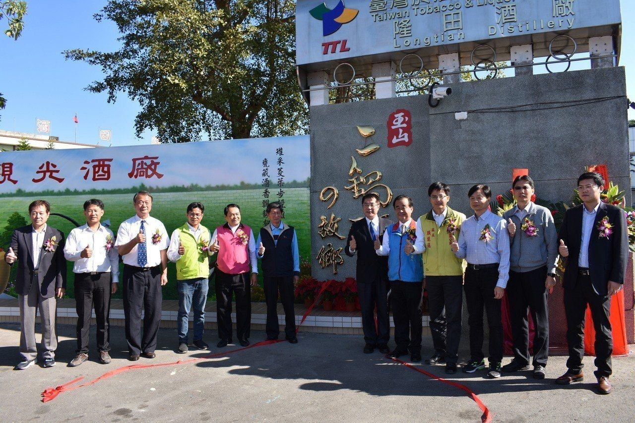 台南市長當選人黃偉哲(右六)今天出席隆田酒廠彩繪牆啟用,巧遇來台採購的大陸安徽的...