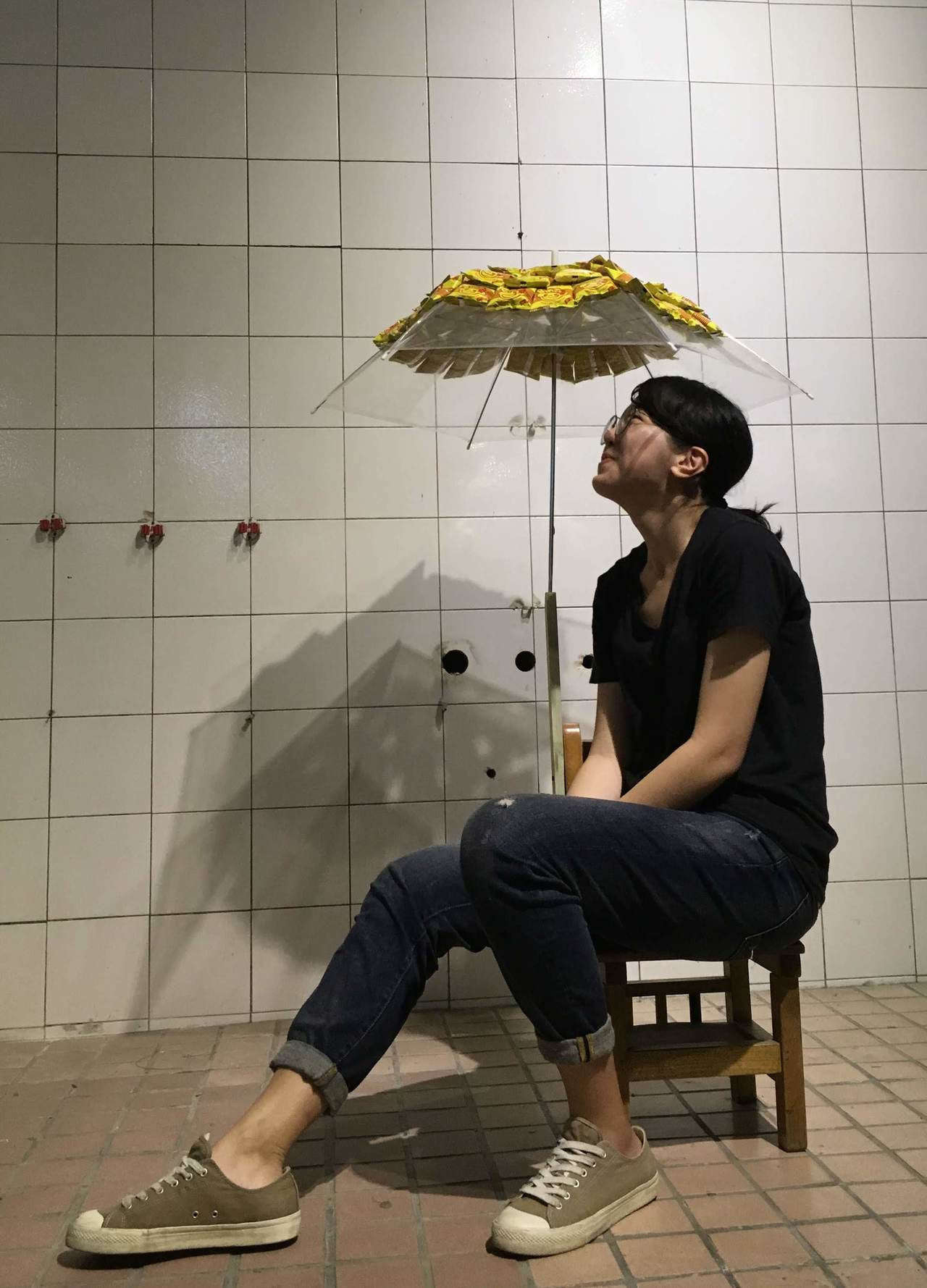 中山大學舉辦「舊物再生設計培力工作坊」,將國小報廢淘汰的課桌椅大變身。圖/中山大...