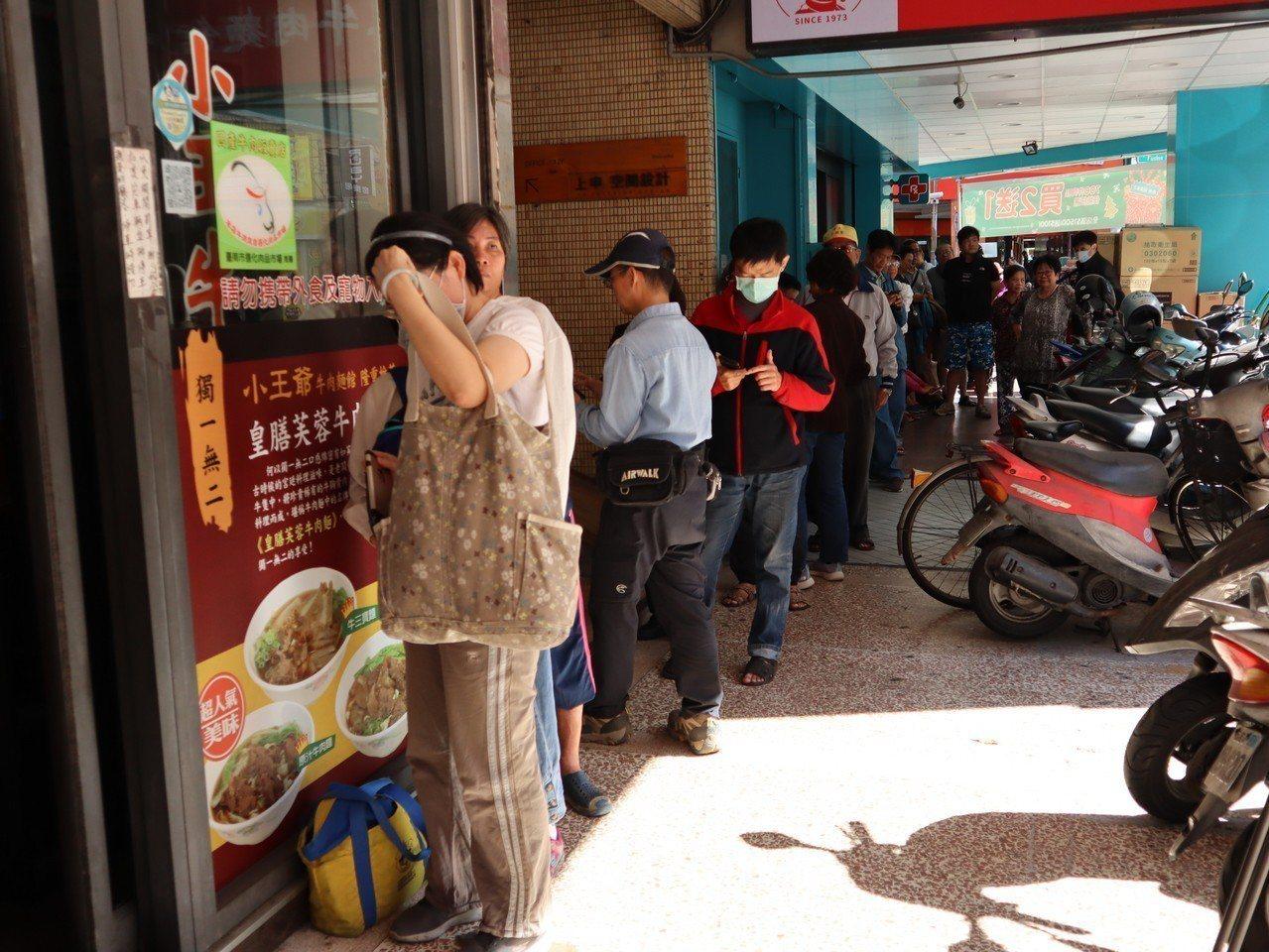 高雄市六合路一間牛肉麵館今天上午11點免費發送200碗牛肉麵,吸引不少民眾停下來...