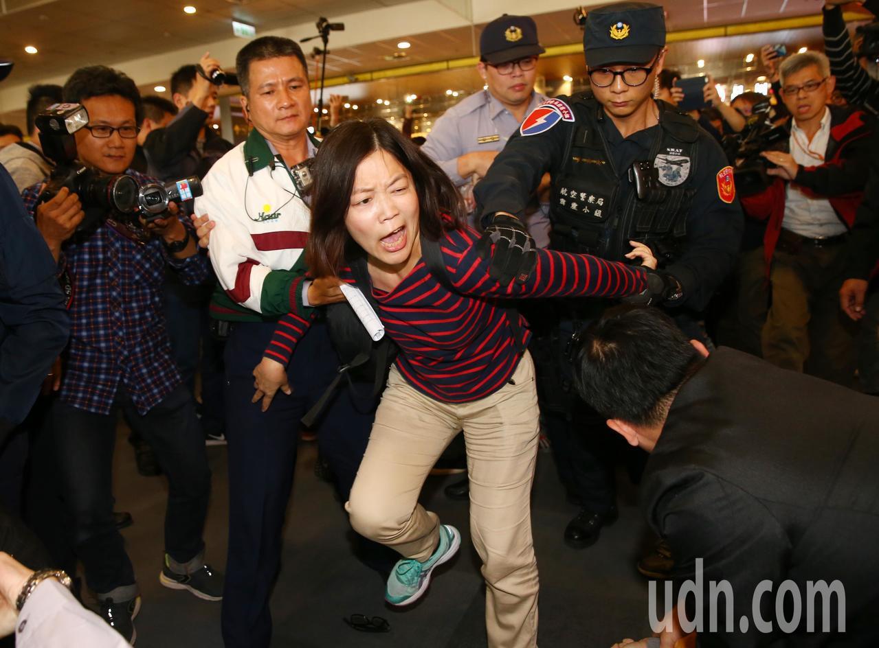 上海副市長周波將於今日離台,獨派團體下午前往松山機場手持豬肉向台北市長柯文哲抗議...