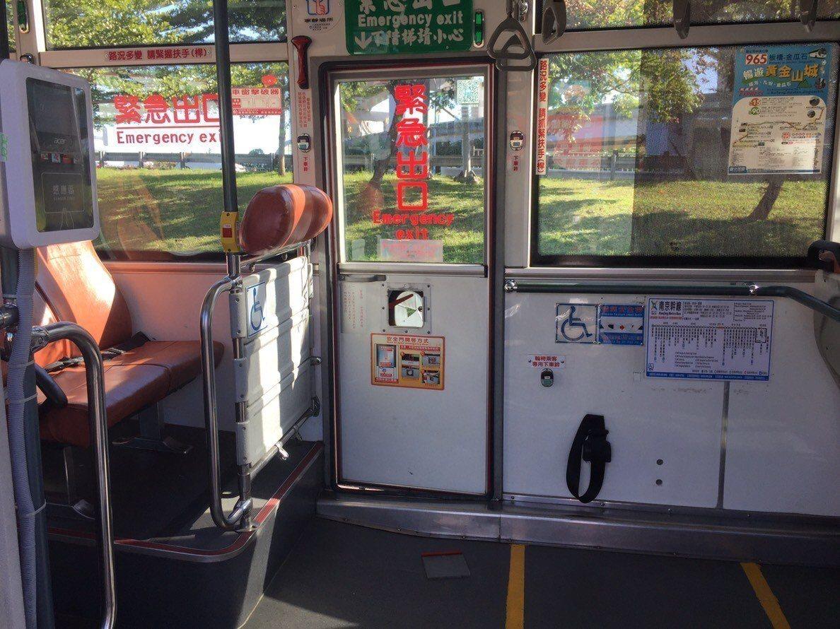 1輛公車過彎時緊急出口安全門忽然開啟,林姓婦人摔出車外,被送醫治療無大礙,警方正...