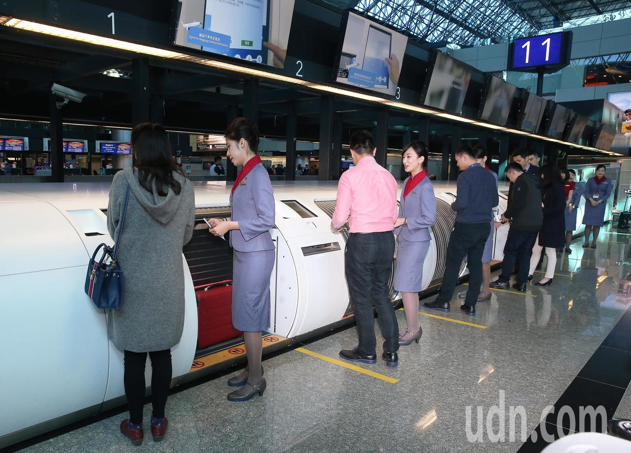 桃園機場公司在第2航廈建置26座自助托運行李櫃台,20日上午舉行啟用典禮,全面投...