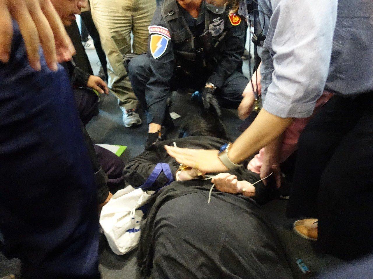 警方舉牌三次後,立刻出動警力驅離,現場一度爆發肢體衝突,甚至還有抗議民眾尖叫,高...