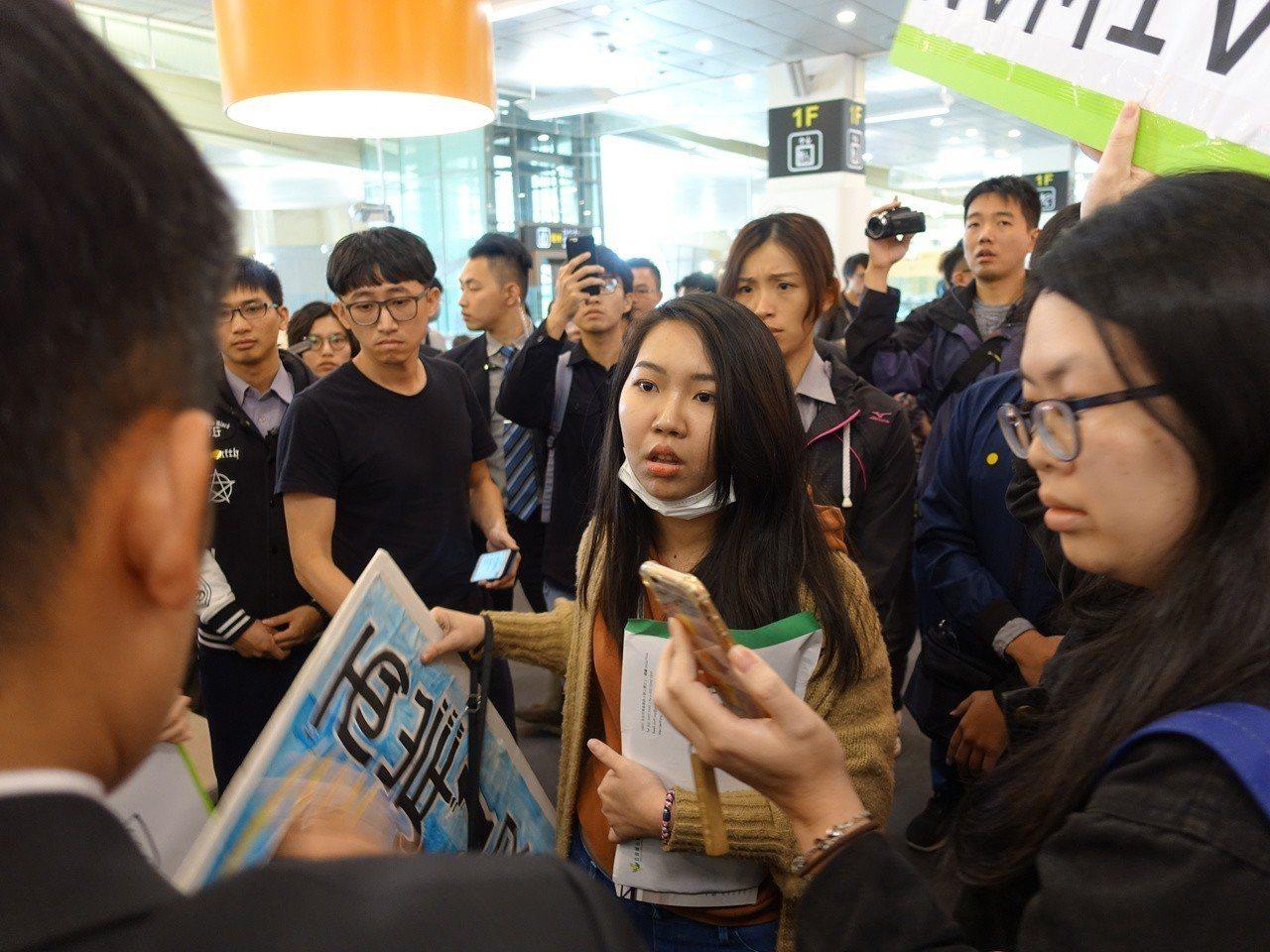 10名獨派青年下午先到松山機場等候,現場不僅高舉「TAIWAN IS TAIWA...