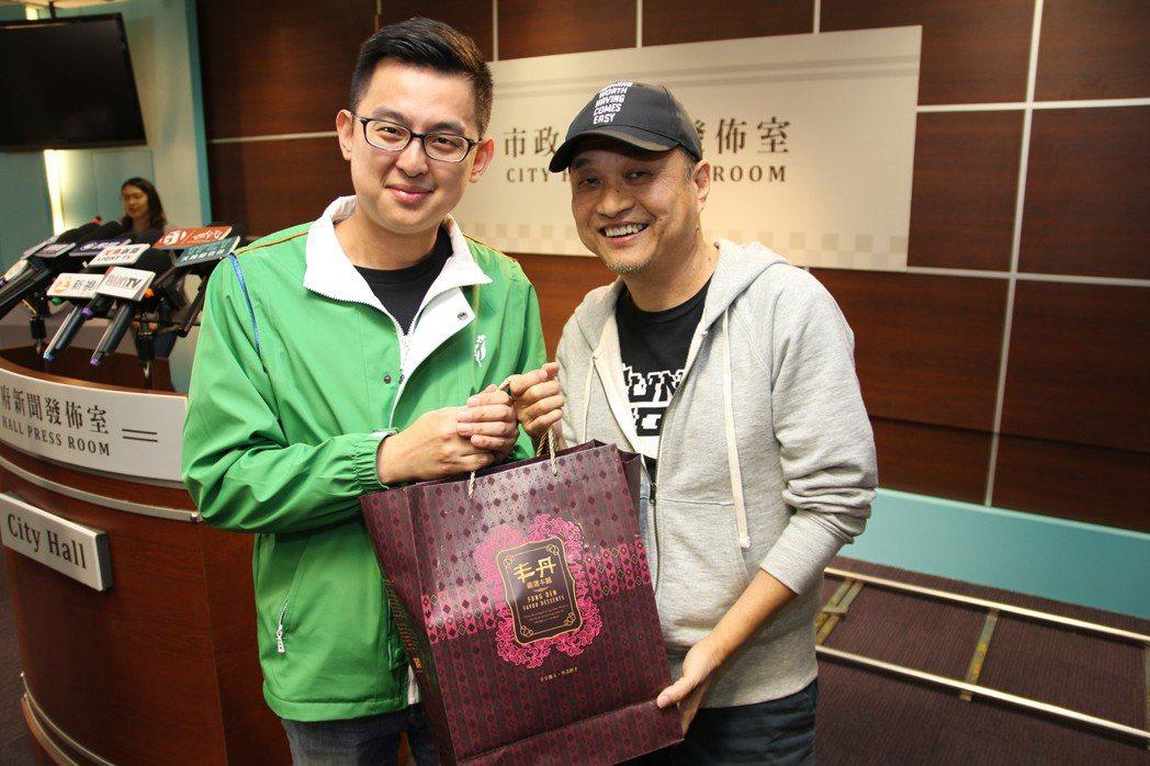 台中市政府新聞局卓冠廷局長(左)與「鏡子森林」鄭文堂導演相見歡,互贈台中名產。
