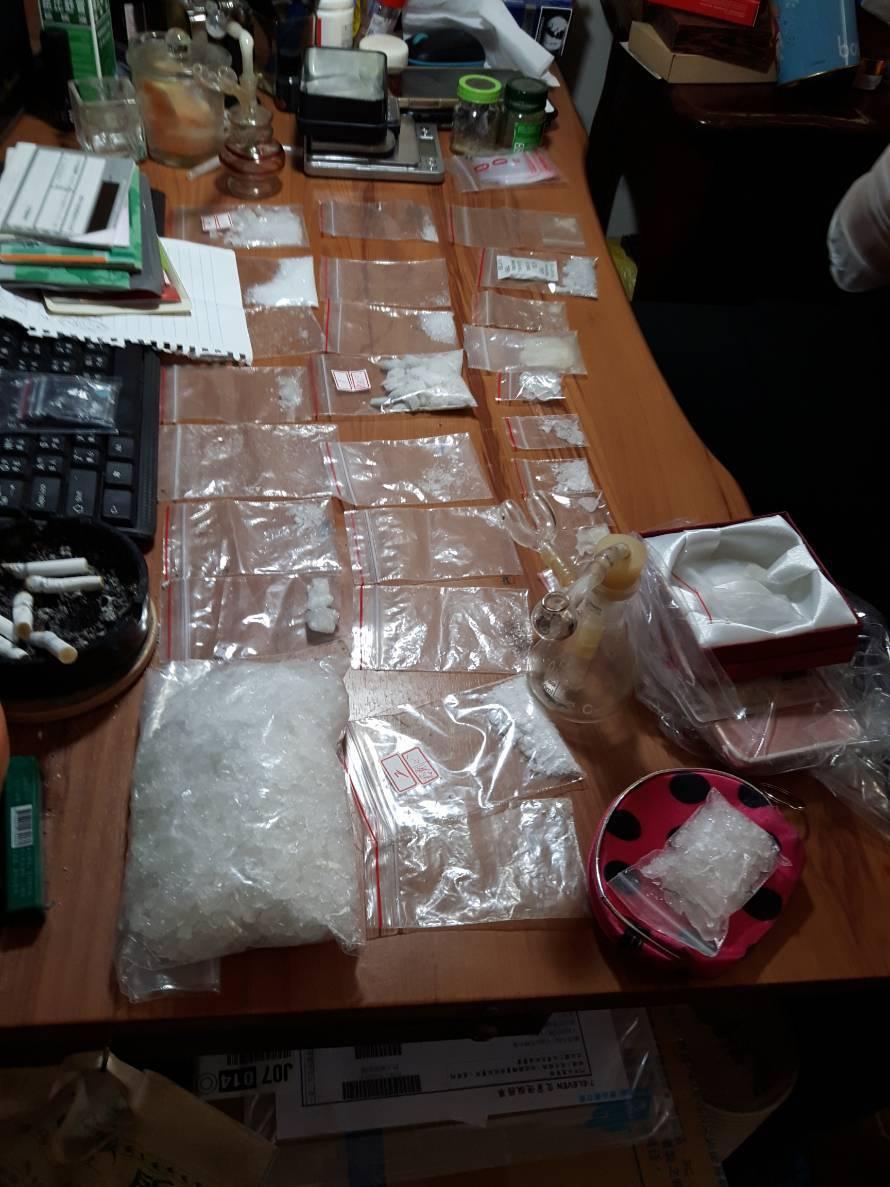 警方在陳租屋處搜索,查獲二級毒品安非他命458公克、搖頭丸172顆及販毒贓款新台...