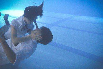 台視、東森戲劇「艾蜜麗的五件事」鍾瑶與子閎拍吻戲,鍾瑶為救不黯水性的林子閎,二話不說跳進水中為男方渡氣,兩人在水中相吻為求畫面唯美浪漫兩人吃足了苦頭。此次拍攝更是林子閎第一次拍攝水中吻戲,為鍾瑶獻出...
