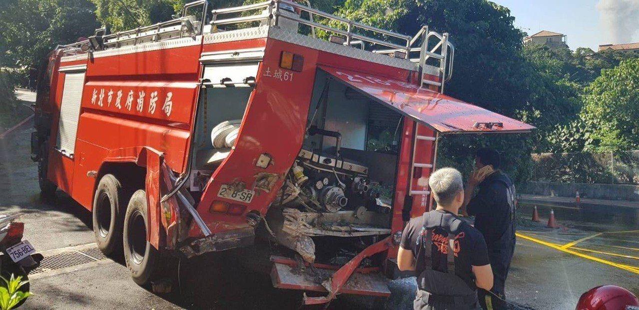 消防員撲滅火勢後,準備倒車開水庫車離去,卻不慎撞上山壁,導致車輛受損。記者袁志豪...