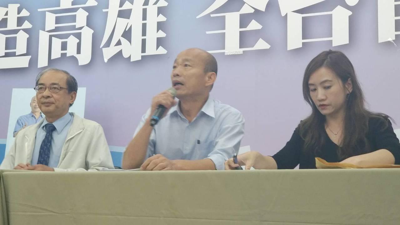 高市長當選人韓國瑜(中)今公布小內閣名單,左為新任副市長洪東煒。記者蔡孟妤/攝影