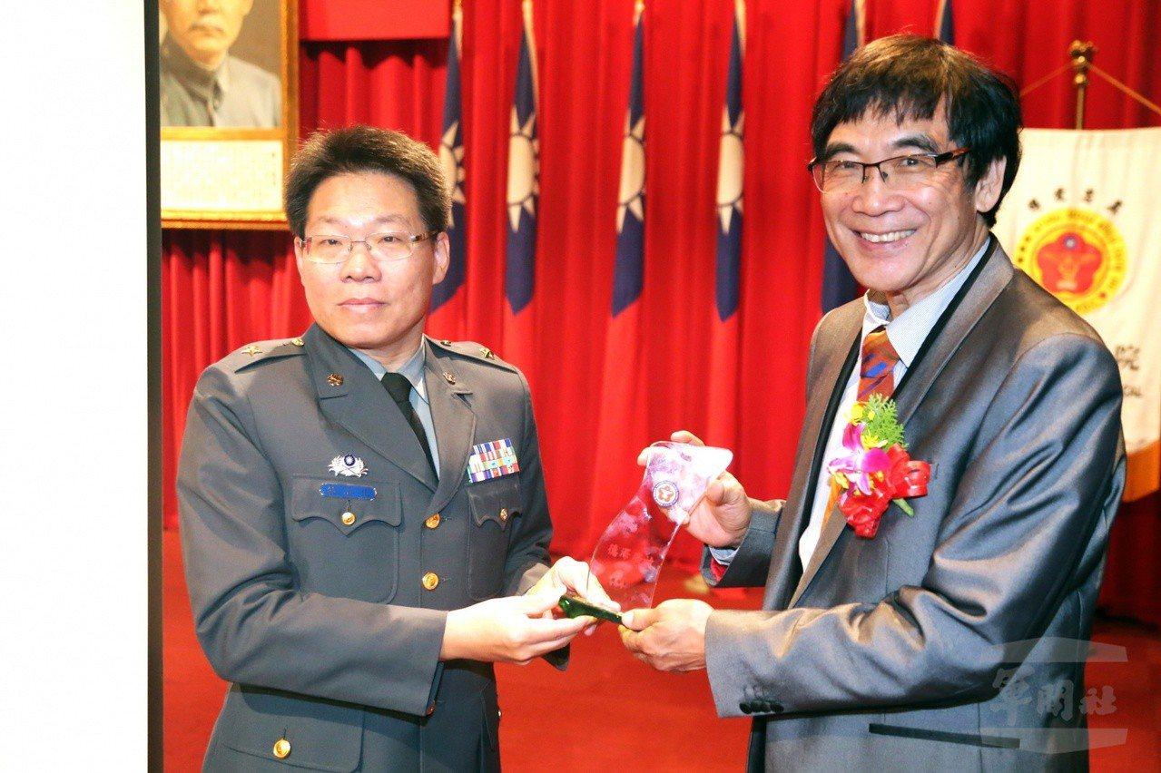 國防醫學院院長林石化少將(左)。圖/軍聞社