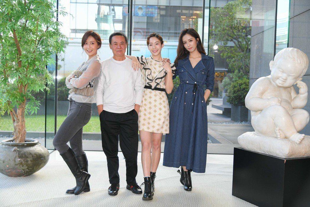 蔡振南(左)和劇中三個女兒林昀希(左起)陳天人、周曉涵。圖/三立提供