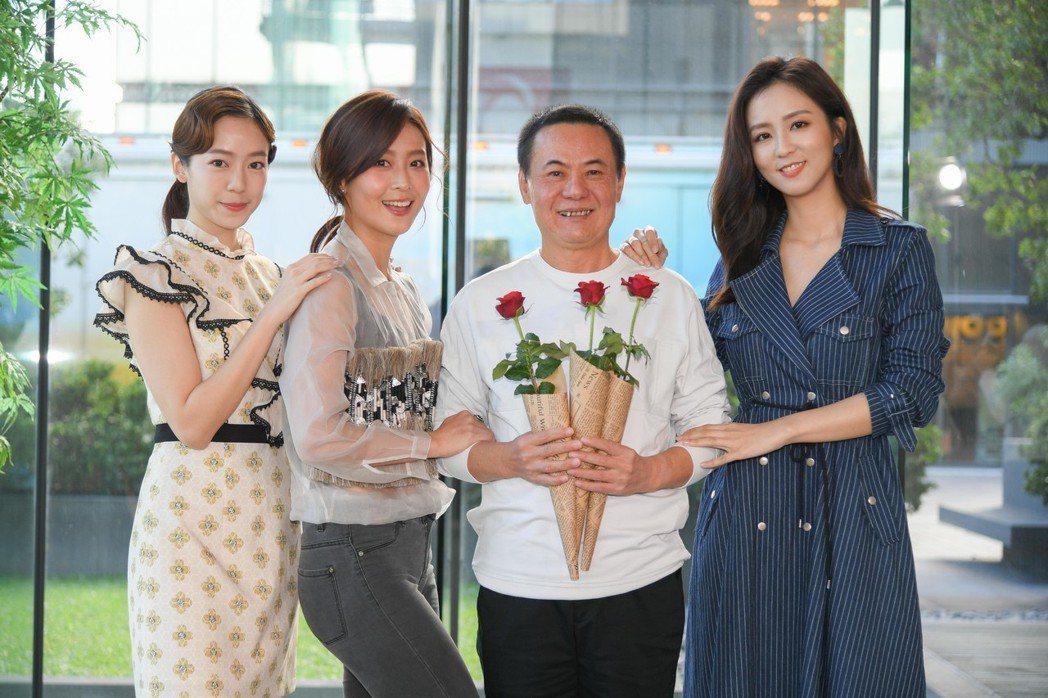 蔡振南(右二)和劇中三個女兒陳天人(左起)、林昀希、周曉涵。圖/三立提供