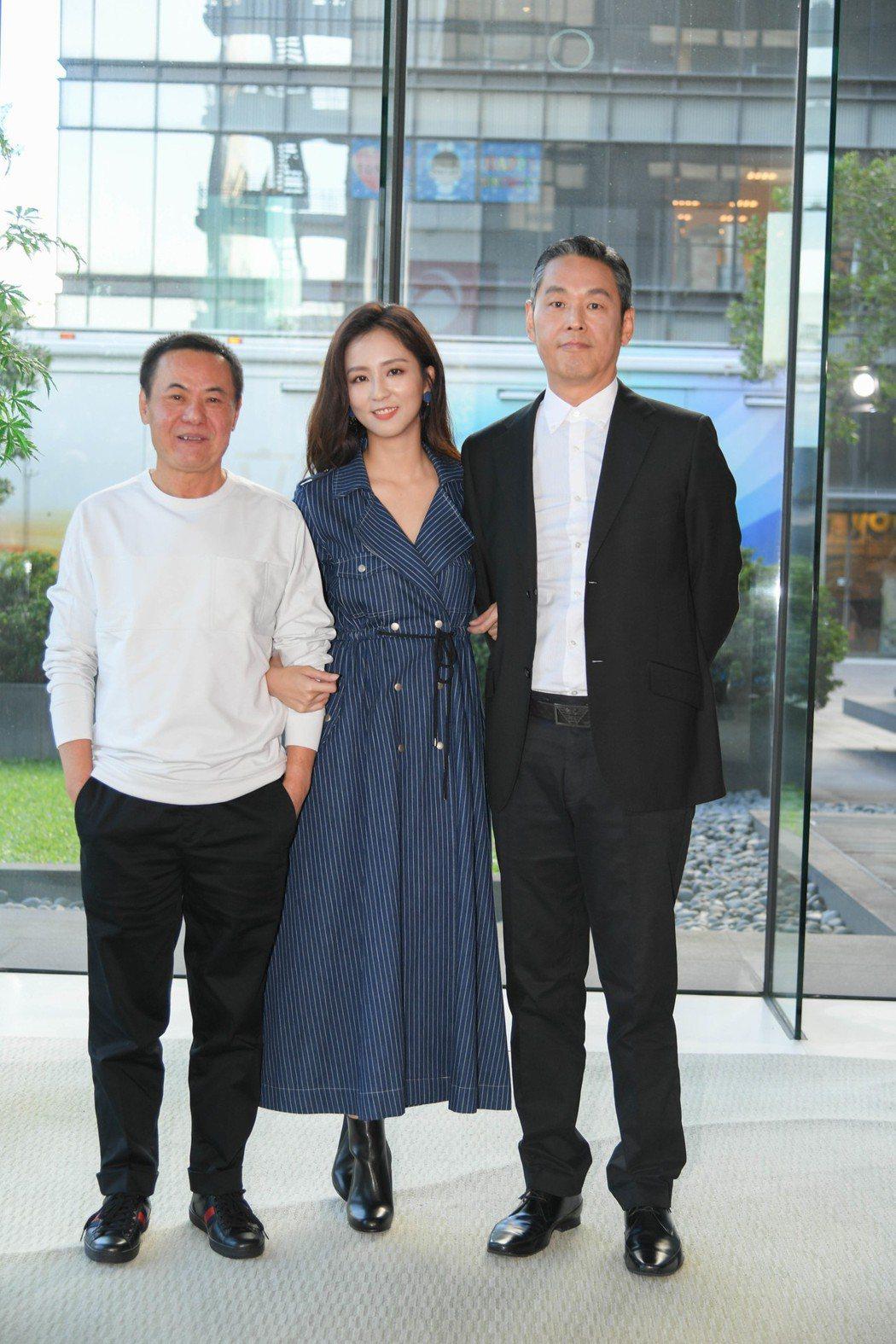 周曉涵(中)和戲中爸爸蔡振南(左)及真實生活中的爸爸一起合照。圖/三立提供