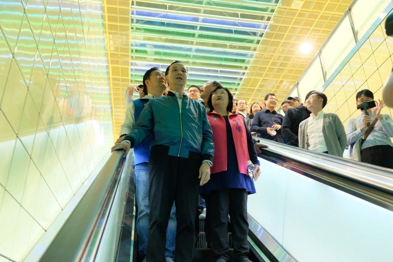 捷運環狀線大坪林站整個通道以明亮的黃色為主色調。記者張曼蘋/攝影