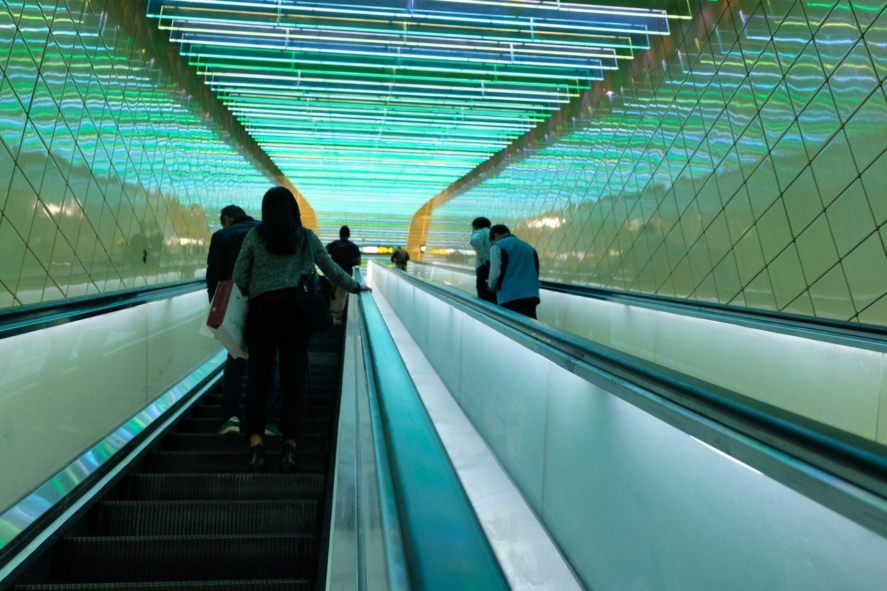 捷運環狀線大坪林站手扶梯色調,給人有種科幻感。記者張曼蘋/攝影