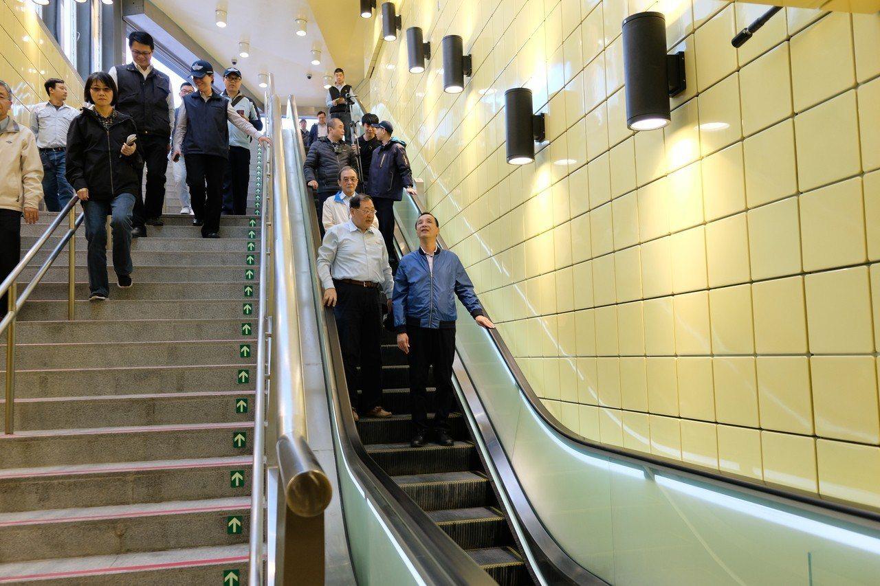 新北市長朱立倫今天下午到捷運環狀線大坪林站、中和站及十四張站瞭解目前施工進度及列...