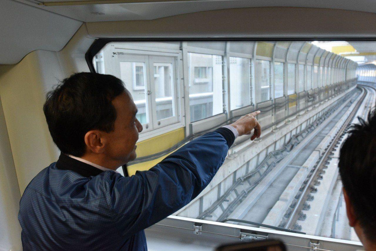 新北市長朱立倫今天下午試乘捷運環狀線從大坪林站到中和站。圖/新北市捷運局提供