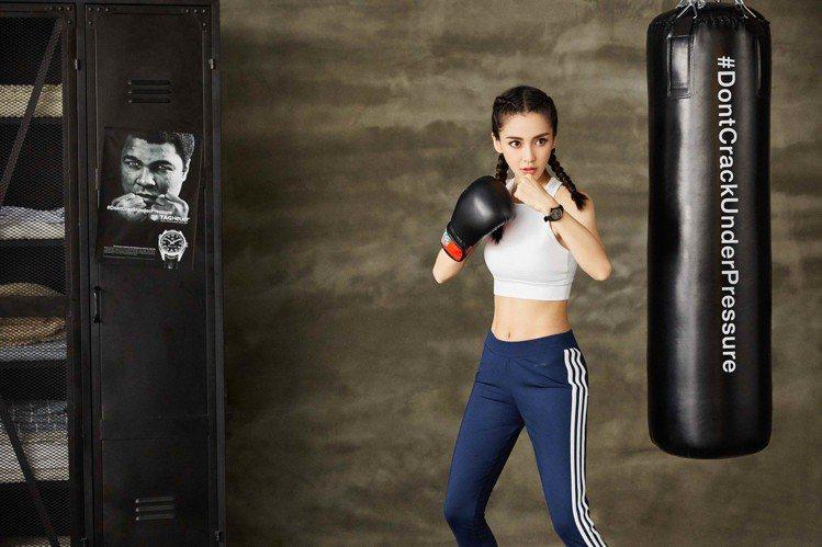 化身拳擊好手, Angelababy仍配戴了泰格豪雅的F1 Lady系列腕表。圖...
