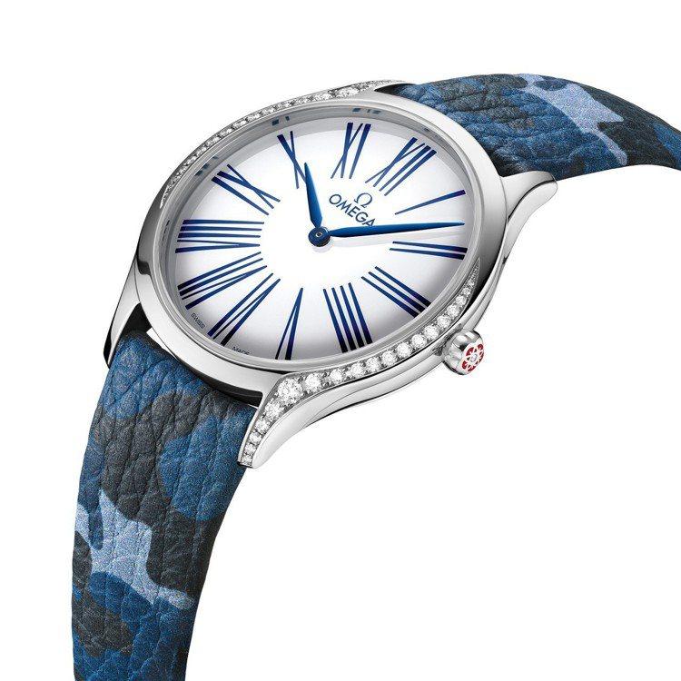 Kaia Gerber操刀,設計出Trésor女表的藍色迷彩表帶,限於品牌專賣店...