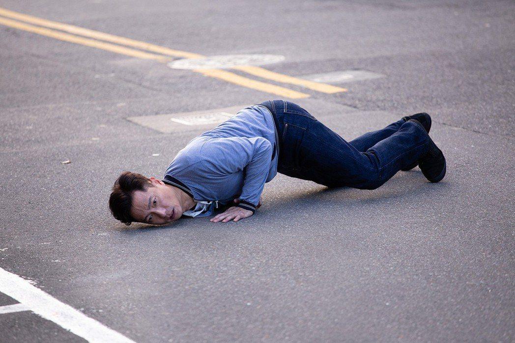 謝祖武上演追車戲碼而跌倒。