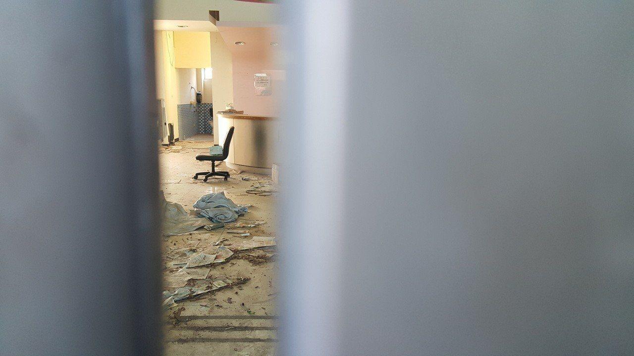 苗栗縣後龍鎮衛生所大樓2010年落成,但3年前被颱風吹得慘不忍睹,人員緊急撤離,...