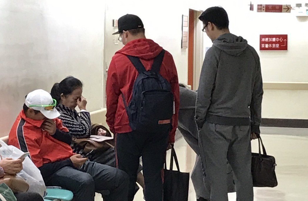 袁母(坐著右)和袁義19日在醫院探視袁惟仁。圖/本報資料照