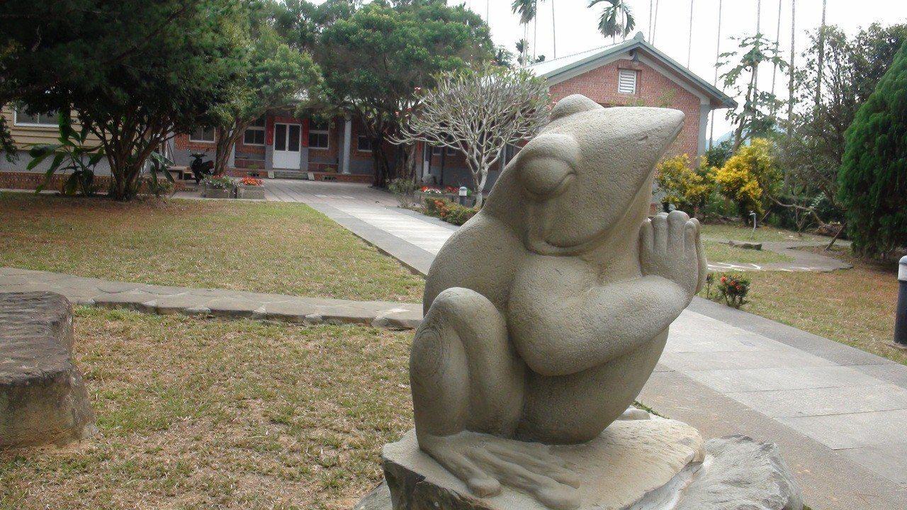 合掌石蛙是佛經上一段修行的故事。記者謝恩得/攝影