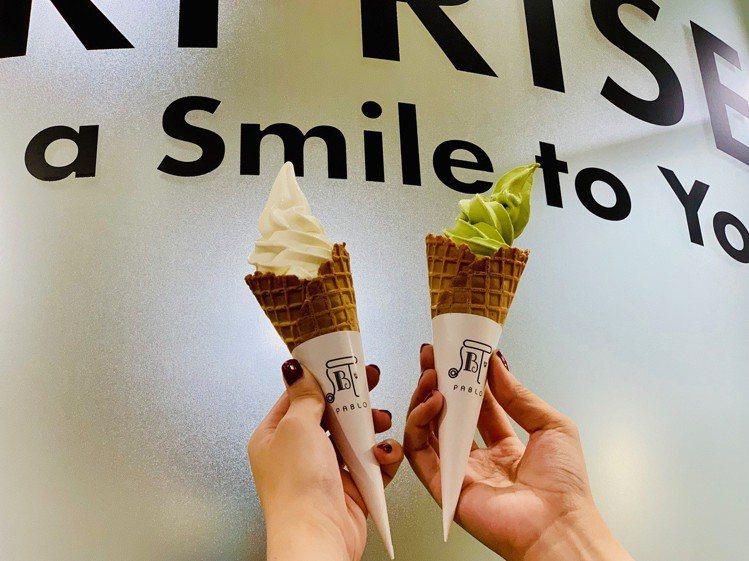 原味經典起司霜淇淋(左)售價98元;抹茶起司霜淇淋(右)售價98元。記者張芳瑜/...
