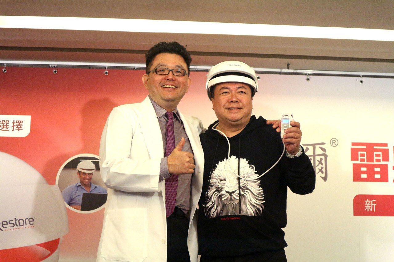 名醫楊名權(圖左)指出,近期有新型低能量雷射光療技術,刺激毛囊細胞增生,促使血管...