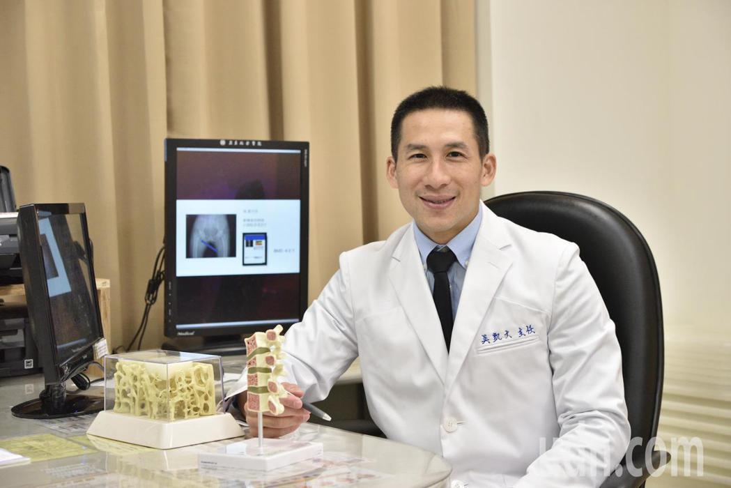 亞東紀念醫院骨鬆及骨腫瘤主任吳凱文建議,年輕開始要保持運動、飲食均衡,預防骨鬆。...