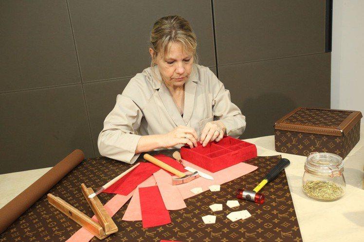工坊的工匠會在預約制的展場,示範硬箱製作的流程。圖/LV提供
